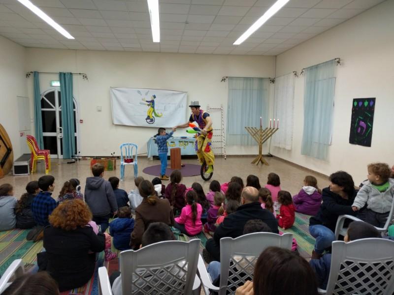 הצגה בחנוכה לילדי היישוב